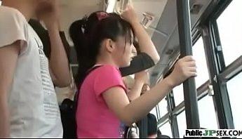 看不出日本蘿莉小隻馬原來是隻女色狼,女版電車癡漢用美尻磨蹭男乘客下體,再抓著對方的手來猥褻自己,小隻馬、日本、猥褻、美尻、色狼、電車癡漢成人影片、免費A片