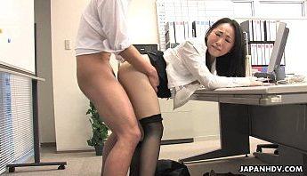 日本美女白領OL穿著黑色透膚膝上襪在公司幫主任同事口交,辦公桌上3P無套做愛無碼JAV影片,這就是業績達不到的懲罰~,3P、OL、做愛、口交、大腿絲襪、日本、無套做愛、無碼JAV、絲襪控、美女、膝上襪、透膚膝上襪、透膚黑絲襪成人影片、免費A片