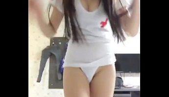 台灣甜美系美女主播COSPLAY穿著小護士制服露出美尻小屁屁用手機成人直播APP放送