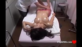 偷拍男按摩師在診所幫女客全身推油按摩用電動按摩棒高潮舒壓,偷拍、按摩、按摩師、按摩棒、推油、推油按摩、男按摩師、電動按摩棒成人影片、免費A片