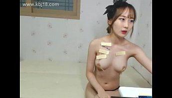 這是哪一招!成人直播韓國BJ女主播和網友裸聊互動在身上貼符咒…是要收妖嗎?,主播、女主播、直播、裸聊、韓國、韓國BJ成人影片、免費A片