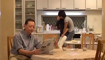 兒子當著老爸的面母子亂倫在廚房揉乳調戲剛娶過門的美女後媽~有這樣好身材的年輕義母誰忍得不下手啊,亂倫、廚房、揉乳、母子亂倫、美女、義母、近親相姦成人影片、免費A片