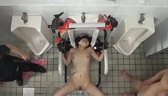 日本重口味黑道綁架人形肉便器凌辱調教影片,男友被綁在旁,女友被多P強制口交吞精喝尿,凌辱、凌辱調教、口交、吞精、喝尿、多P、強制口交、日本、肉便器、調教、重口味成人影片、免費A片