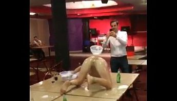 辣妹在派對上用漏斗啤酒浣腸手機自拍,嗨翻天旋轉噴射狂掃全場,手機自拍、浣腸、自拍、西洋歐美、辣妹成人影片、免費A片