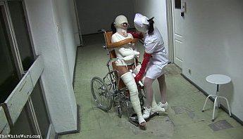 精神病院性飢渴傷重斷腿女病患打上石膏人體固定在輪椅上被女護士裝上開口器用電動按摩棒強制高潮調教凌辱影片,人體固定、凌辱、強制高潮、性玩具、情趣玩具、情趣用品、按摩、按摩棒、調教、開口器、電動按摩棒、高潮按摩棒、高潮調教成人影片、免費A片